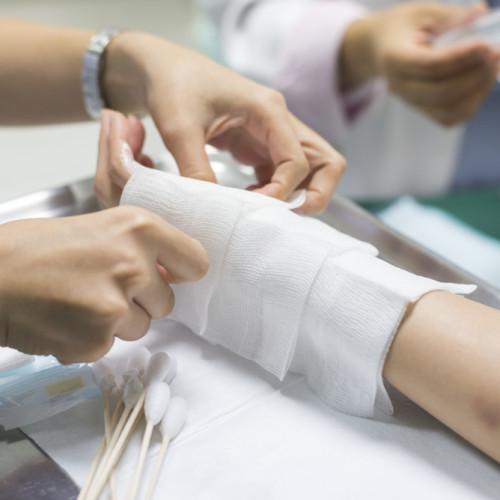 Когда место поражения охлаждено, то можно обработать рану и наложить бинт