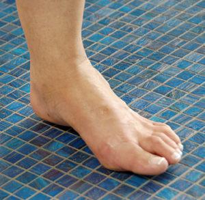 При длительных судорогах требуется дать мышце дополнительное кровообращение с помощью ходьбы по твердому покрытию