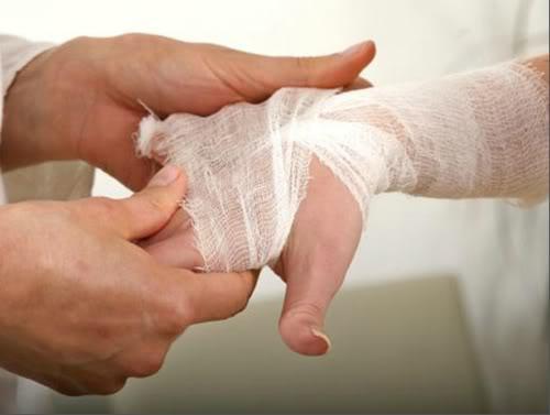 Пока едут медики необходимо наложить марлевую повязку