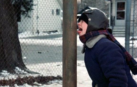Обычно такие травмы получают дети, когда голыми руками берутся за металлические предметы или, что еще хуже, могут лизнуть их языком