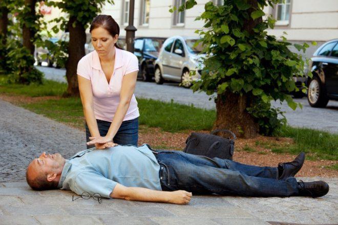 Полная остановка работы сердца требует немедленного начала реанимации - непрямого массажа