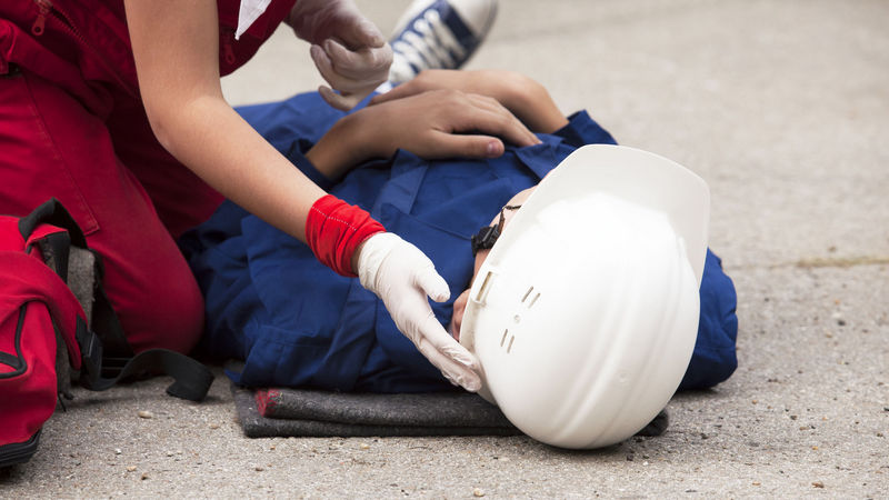Повреждения происходят в результате нарушения техники безопасности, организации рабочего процесса, неисправности механизмов или несчастных случаев