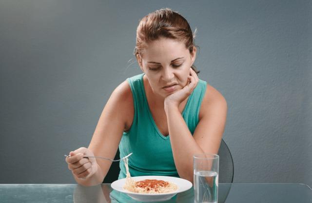 В течение 4 суток после внедрения вируса отмечается повышение температуры, пропадает аппетит