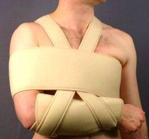 На уровне груди перевязывают бинт, возле лопаток накладывают плотные валики