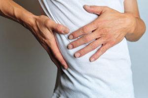 Резкая колючая боль за грудиной, усиливается при чихании, выдохе и кашле