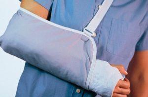 Если подручных материалов нет, больную руку привязывают к телу, ногу – к здоровой ноге