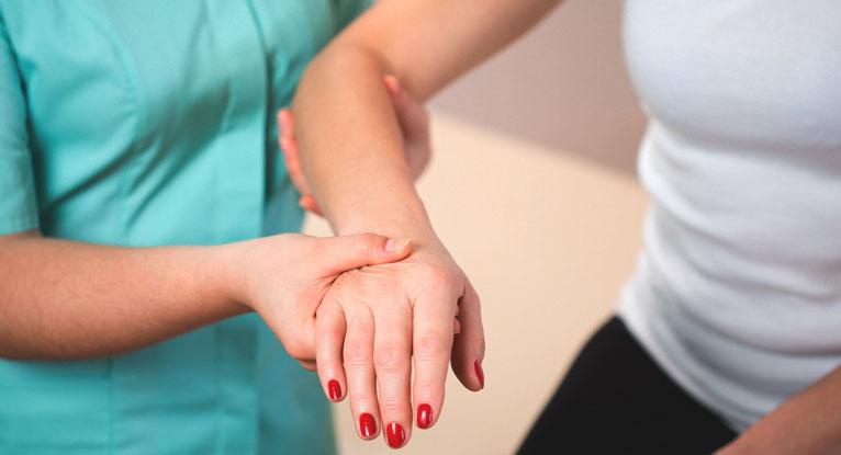 При переломах происходят нарушения целостности костей