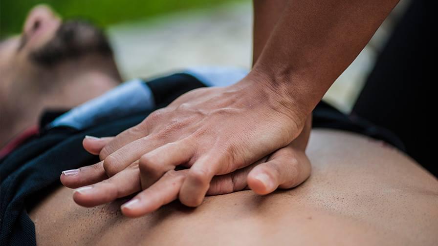 СЛР возвращает человека в сознательное состояние, предотвращает клиническую смерть и восстанавливает дыхательную функцию