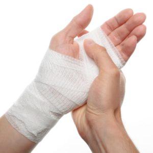 Поврежденную кожу обрабатывают и перевязывают