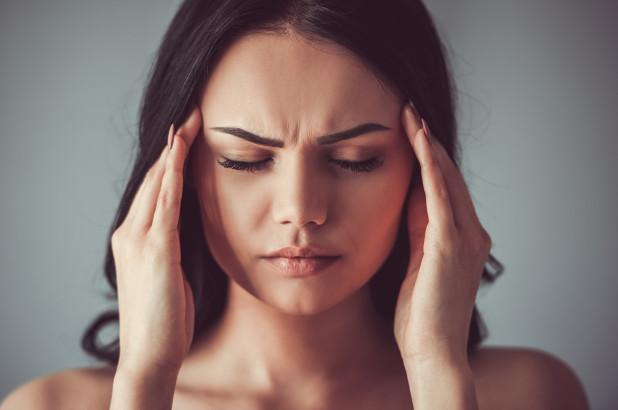 Появляется мутность и темнота перед глазами, возникает резкая головная боль