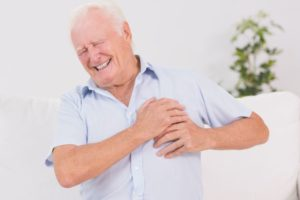 Боль носит колющий, сдавливающий или жгущий характер