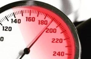 Наиболее опасными показателями считают, если цифры на тонометре достигают или превышают 200/100