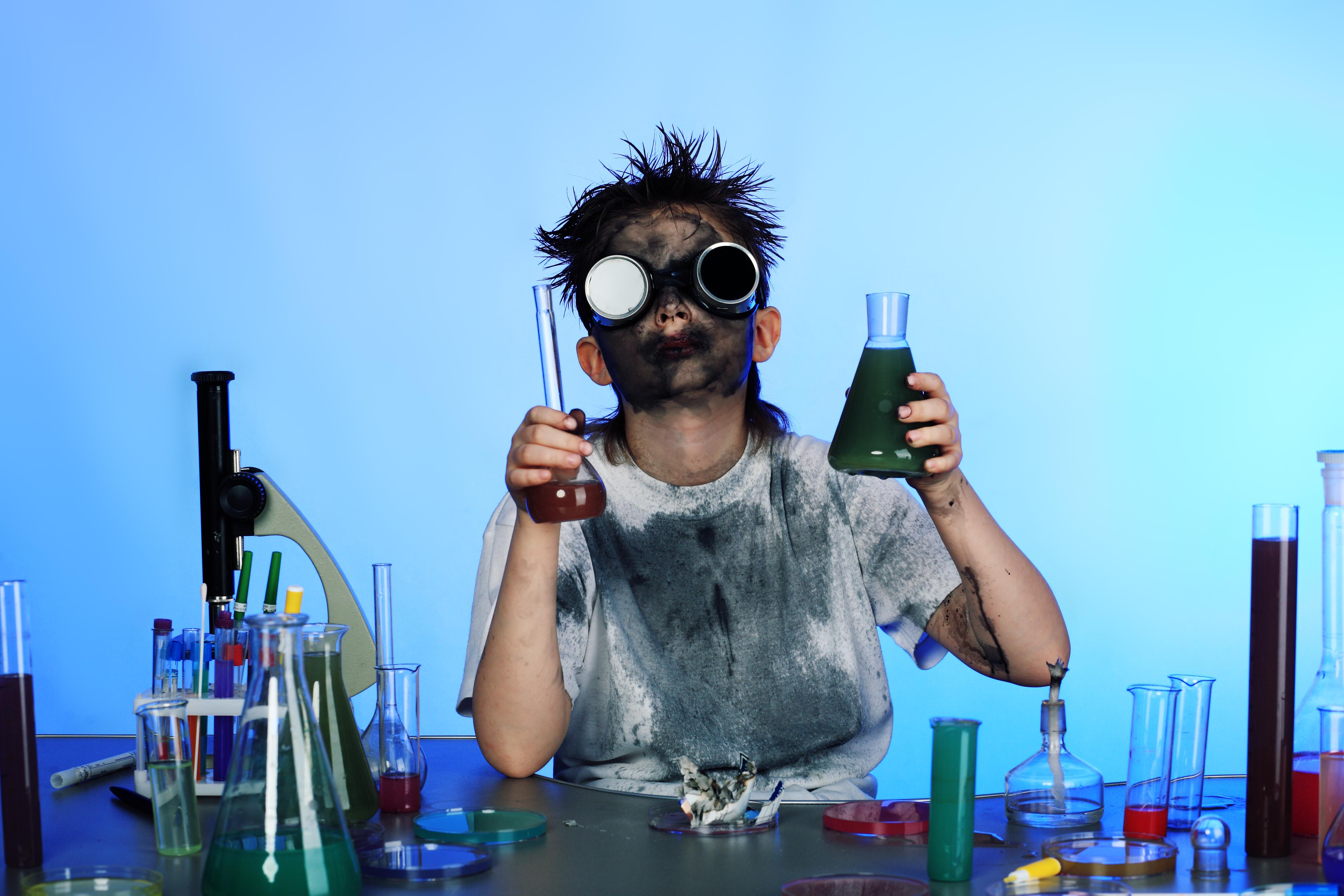 Ожоги агрессивными реагентами чаще получают на производствах и в лабораториях, где ведется работа с опасными веществами