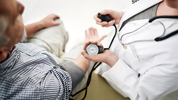 Вызвать перепады давления может недостаточное поступление в организм полезных веществ, стресс, избыточный вес и проч