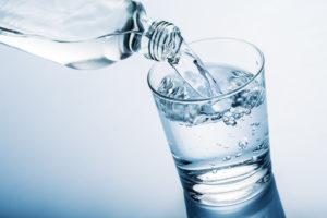 Пьют негазированную воду в большом объеме (1-2 л.) и естественным образом вызывают рвотный рефлекс