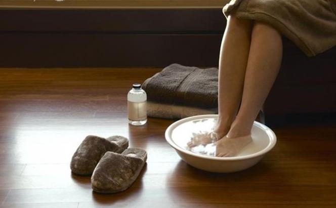 Согрейте ноги теплой ванночкой, это поможет снизит давление