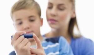 При наличии диабета нужно отслеживать показатели сахара в крови