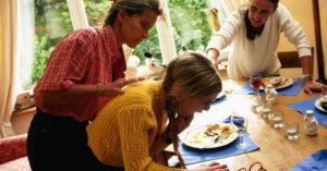 За человеком наблюдают, иногда пища или другой инородный предмет поднимается к голосовым связкам