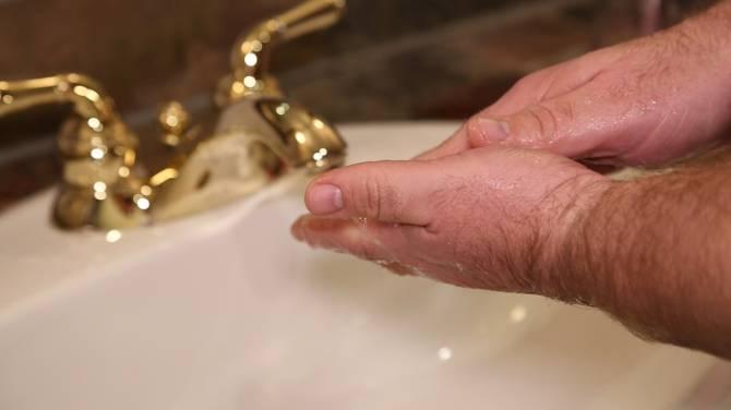 Промывают палец под холодной проточной водой