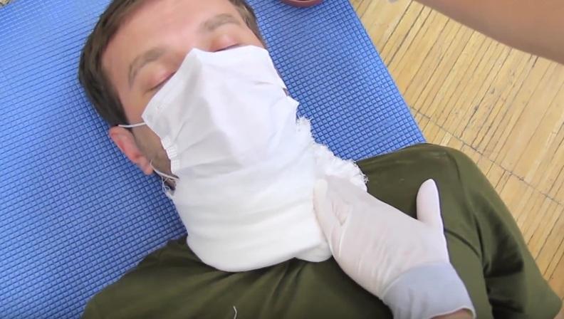 Сверху ткани чуть ниже раны кладут три пальца и с силой прижимают