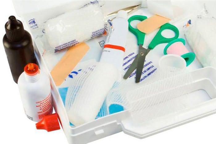 Для наложения повязки понадобятся йод или зеленка, ножницы, бинт