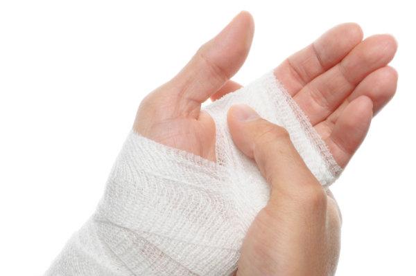 Обработайте руку антисептическими растворами, а затем наложите стерильный бинт