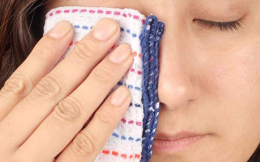 Нужно положить на веки чистую ткань, чтобы исключить дальнейшее повреждение