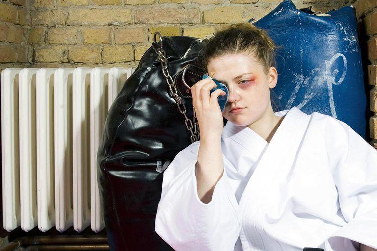 Ожог и ушиб глаза - что делать? Первая помощь при травме глаза