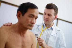 Проявляется тахикардия, хрипение при вдохе или выдохе
