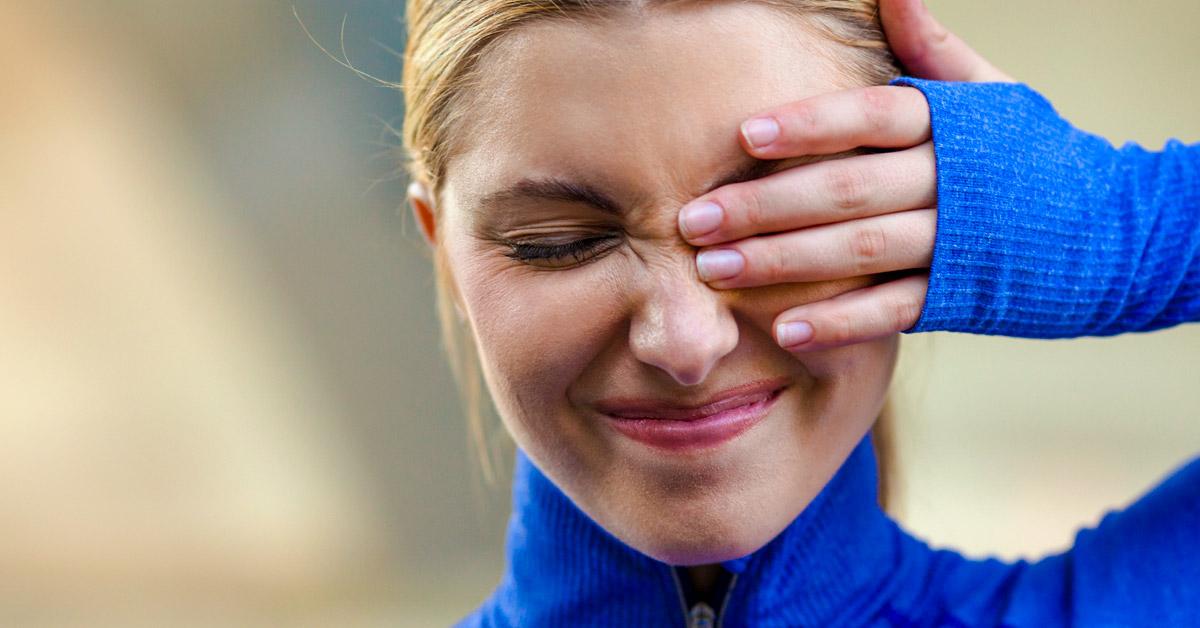 При средней степени боль усиливается, значительно повышается светочувствительность, ухудшается зрение