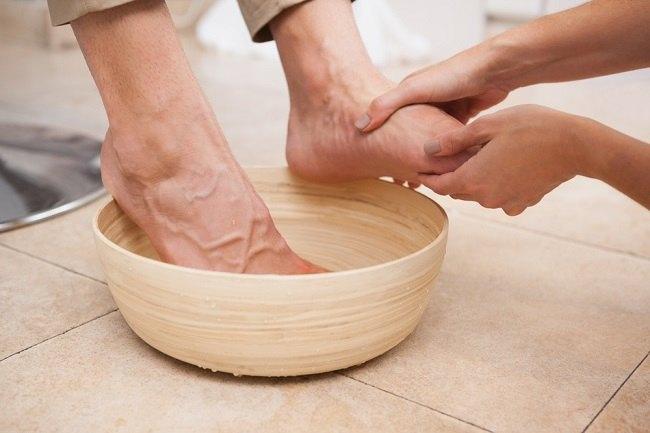 Ноги помещают в теплую ванночку