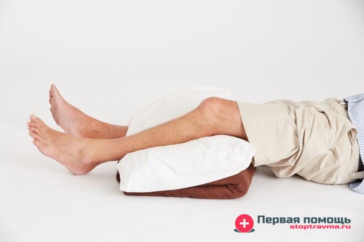 ногу на подушку